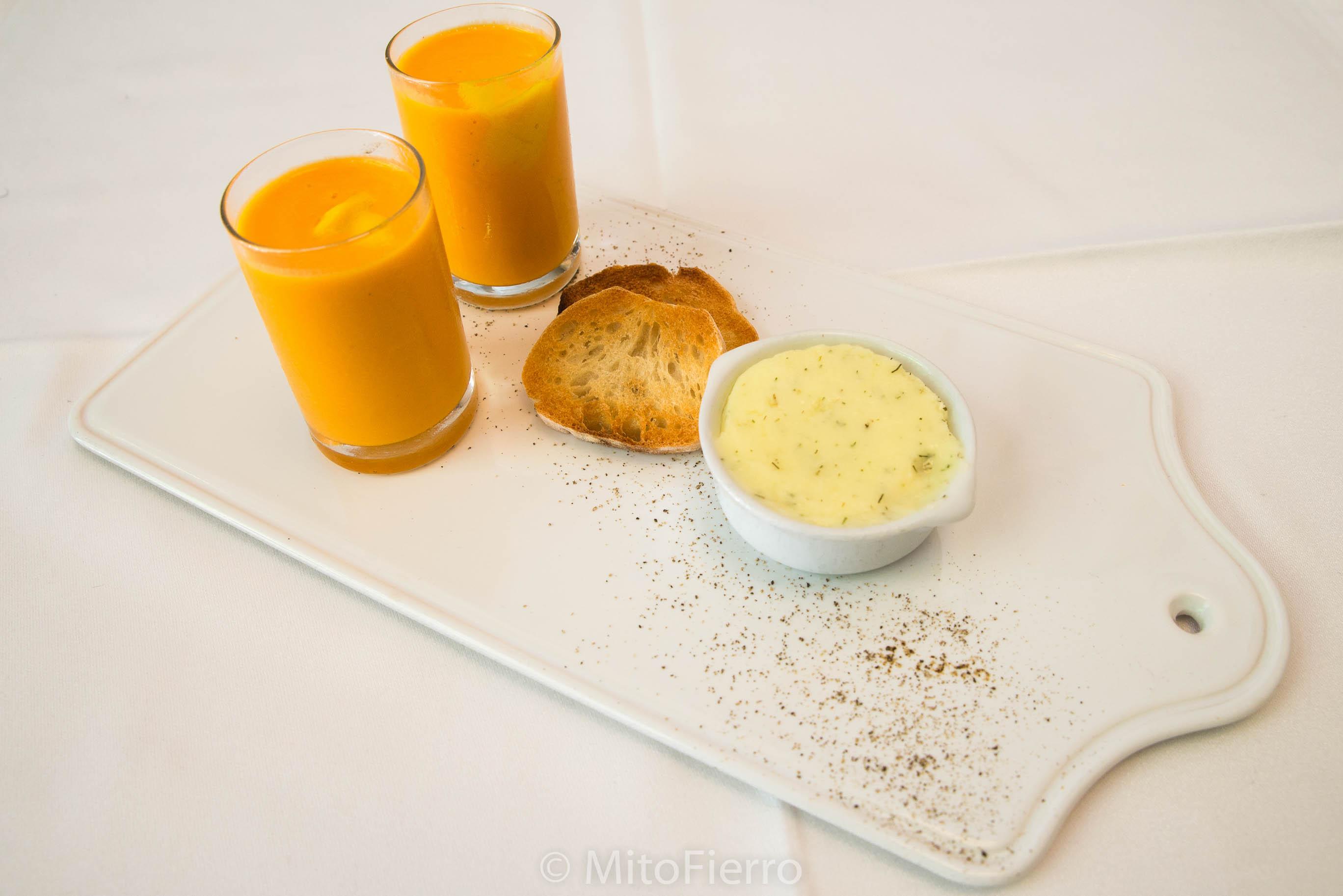 Aperitivo de crema de tomate y mantequilla casera.